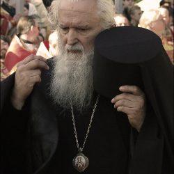 Монах крестится