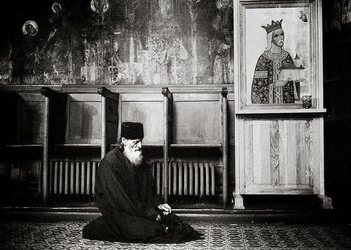 православный монах молится