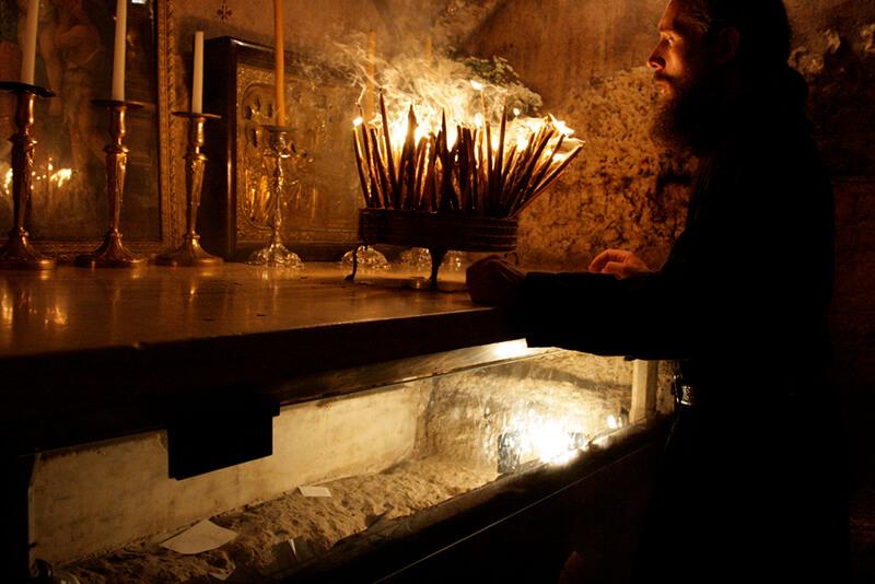 православный монах в храме