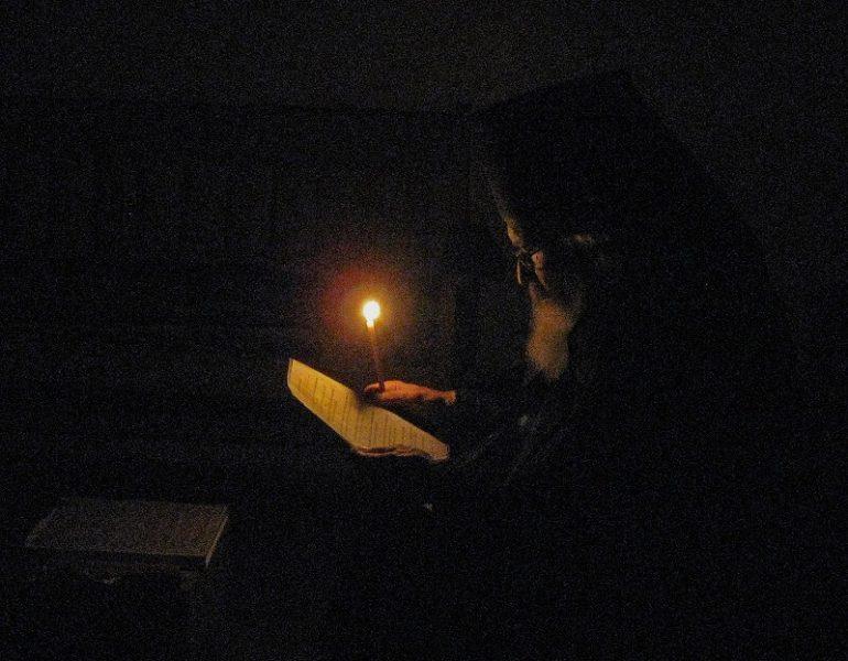 Старый монах молится