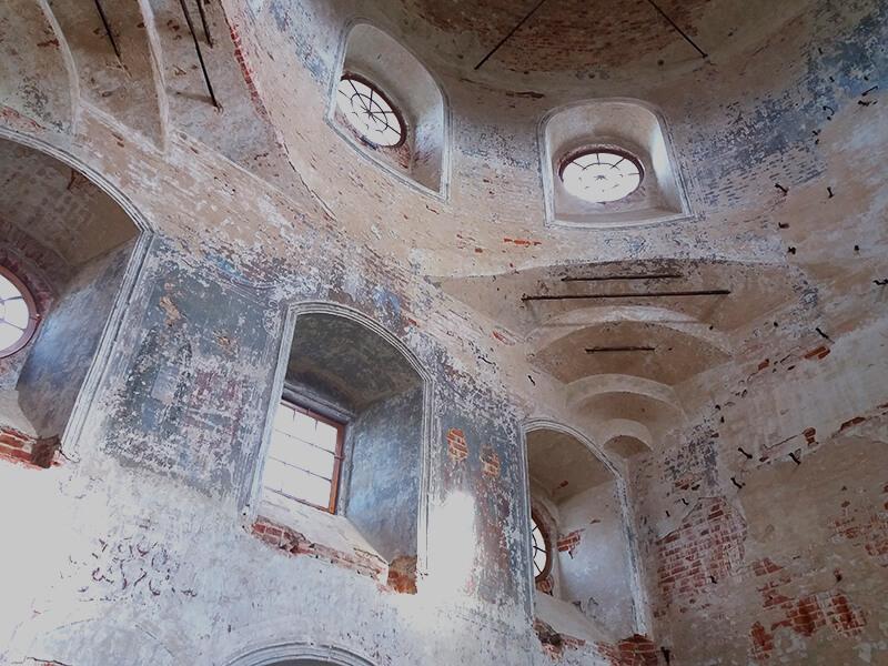 Разрушенный сельский храм в Никола-Ленивце