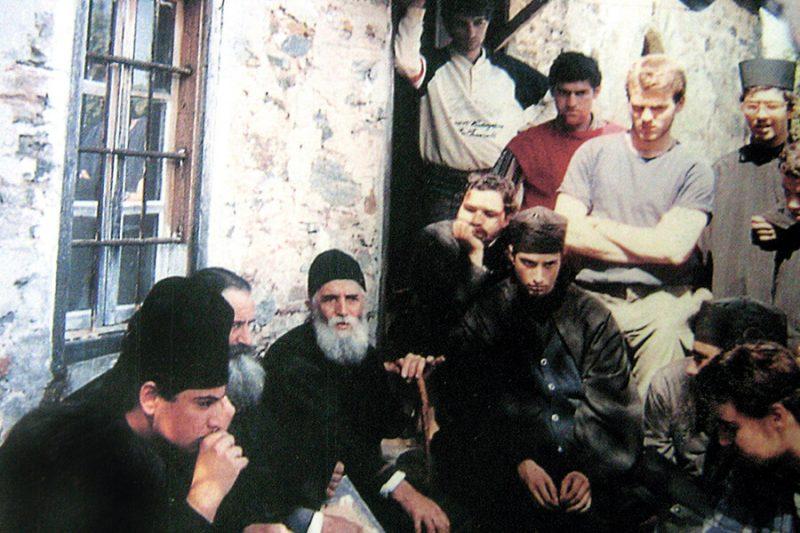 Преподобный Паисий Святогорец в окружении паломников