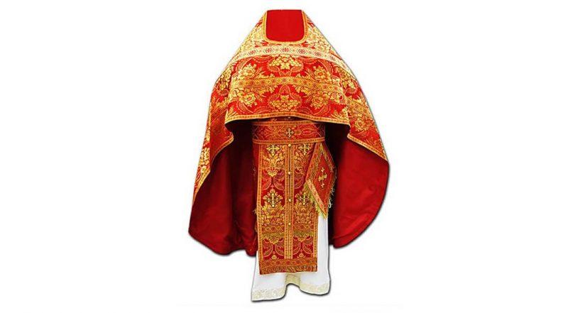 красное облачение священника фото