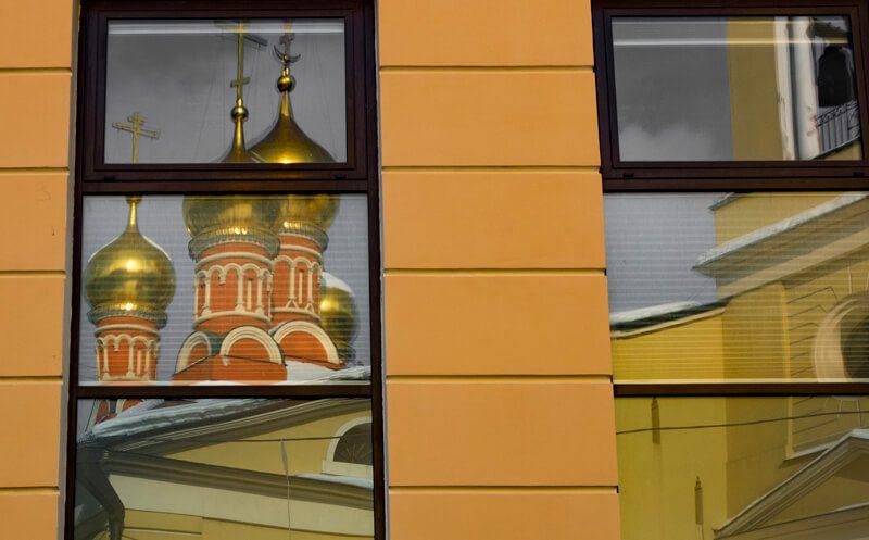 храм отражение в окне