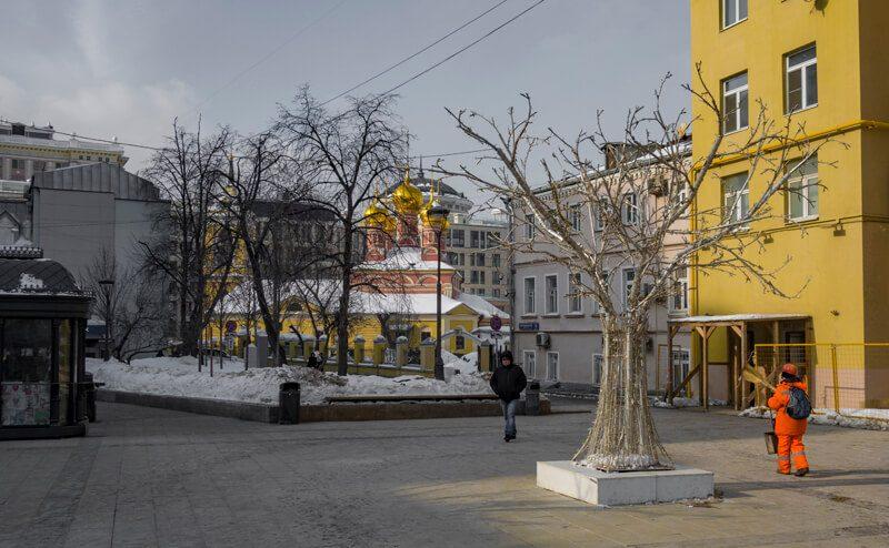 Площадь перед метро смоленская