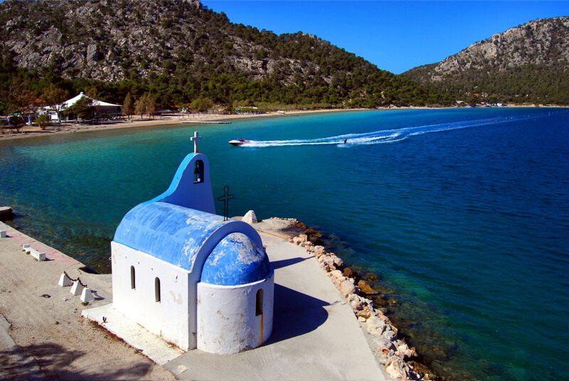 греческая часовня на берегу моря