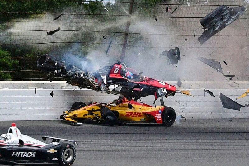 Сильная авария в автогонках