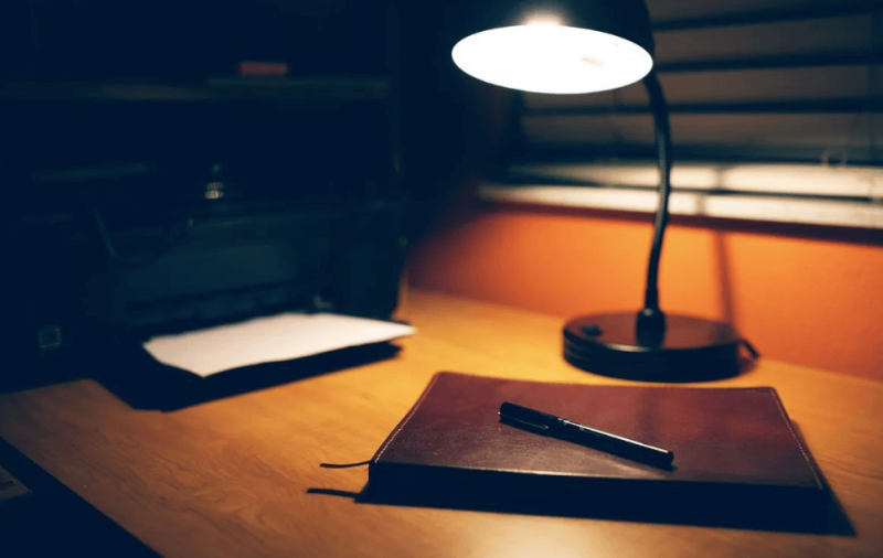 лампа и стол